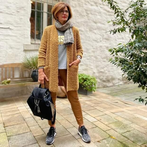 Фото 2 - образ в стиле кэжуал: брюки скинни + лонгслив.