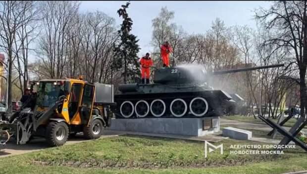 В сквере на улице Маршала Рыбалко помыли памятник «Танк-34»