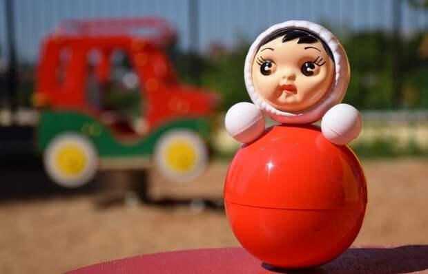 Почему игрушка-неваляшка не падает и встает обратно: как она устроена