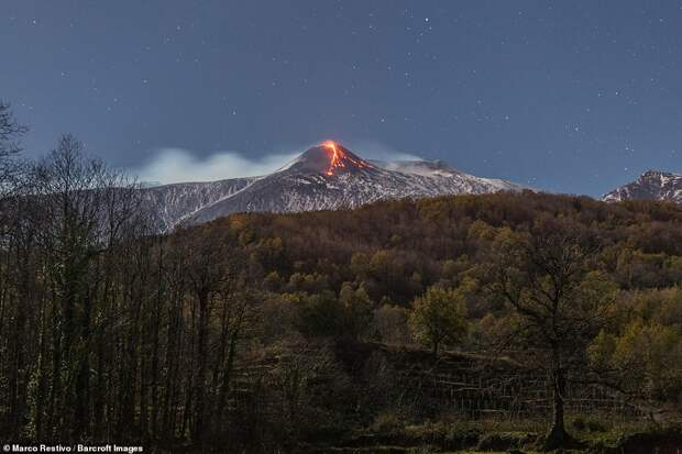 Извергавшийся ночью вулкан Этна попал на фото. Вы только посмотрите...