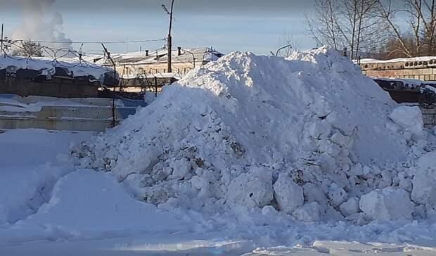 Гаражный кооператив свалил снег ктерриториитагильской школы