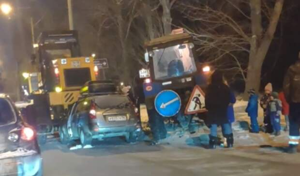 Пьяный водитель сребенком наруках врезался вбульдозер вЕкатеринбурге