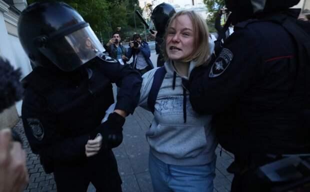 Девушку, которую ударил полицейский намитинге вМоскве, будут судить