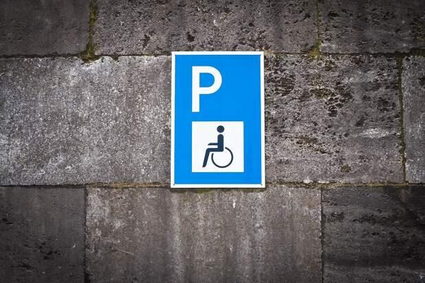 Припарковавшийся на инвалидном месте барнаулец разбил авто, чтобы оно не досталось ГИБДД