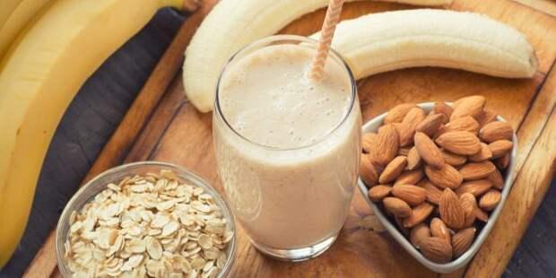 Полезные напитки перед сном: бананово-миндальный смузи