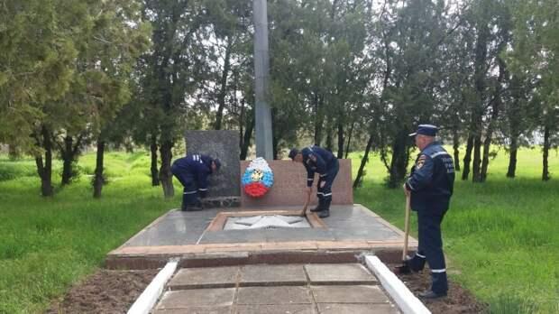 МЧС РК: Крымские огнеборцы продолжают поддерживать порядок на памятных местах ВОВ