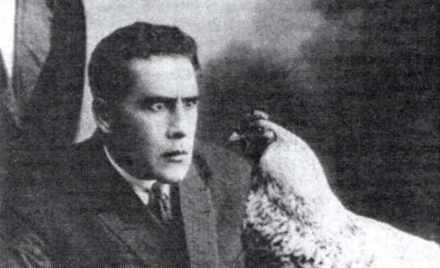 Йог, гипнотизирующий курицу, или История одного необычного снимка