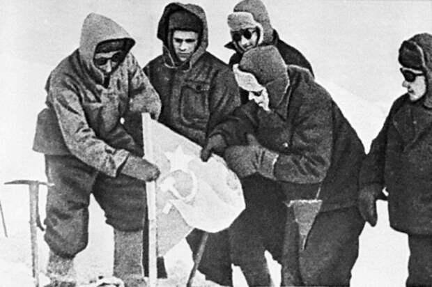 Российские военные совершили восхождение на Эльбрус в память о солдатах, павших здесь в ВОВ
