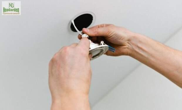 Как установить потолочные светильники и не испортить натяжное полотно?