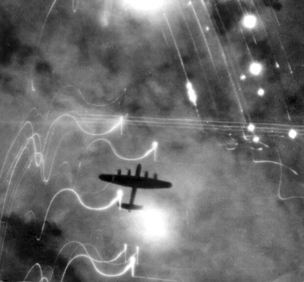 Бомбардировщик Lancaster над Гамбургом. <br>