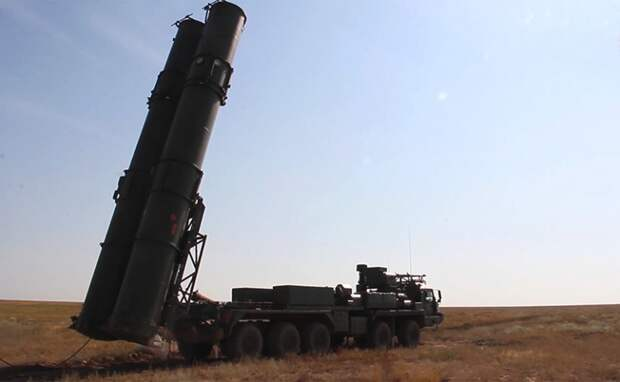 На фото: новейшая зенитная ракетная система (ЗРС) С-500 перед выполнением испытательных боевых стрельб по скоростной баллистической цели на полигоне Капустин Яр. ЗРС С-500 не имеет аналогов в мире.