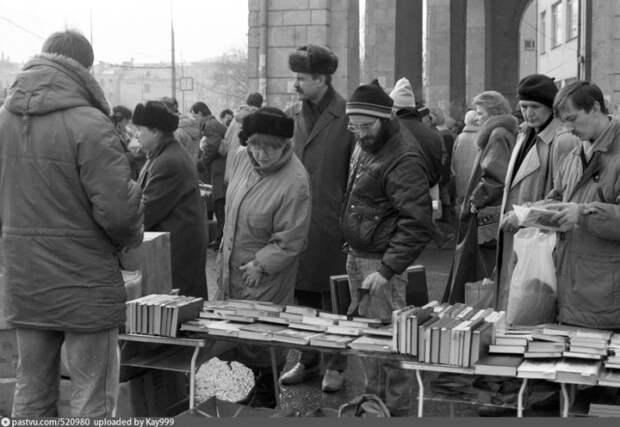 Литература пользовалась большим спросом, люди ходили, выбирали и покупали.