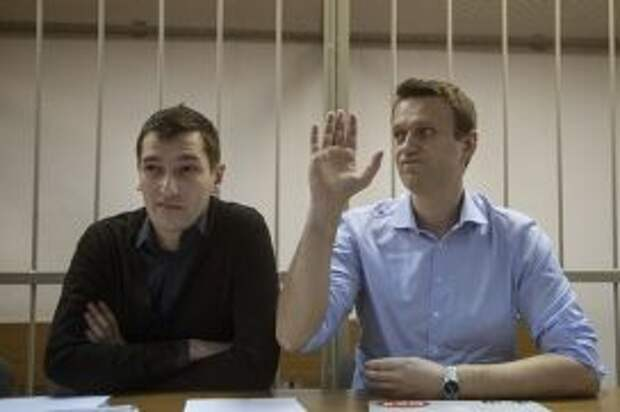 Алексей Навальный и его брат Олег перед началом заседания суда