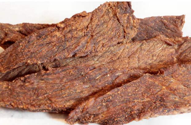 Помещаем тонкие куски мяса в духовку на 100 градусов