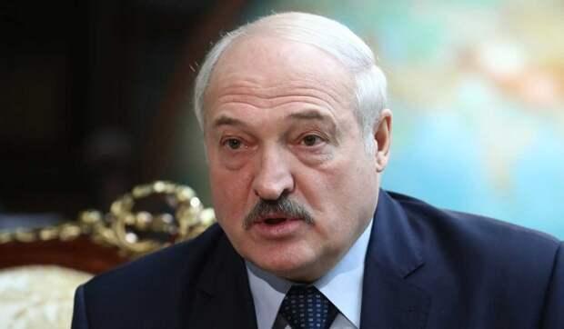 Лукашенко пристал к школьнице с расспросами во время праздника
