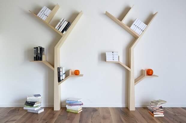 Хороший практичный вариант обустроить комнату настенными полками в  виде деревьев.
