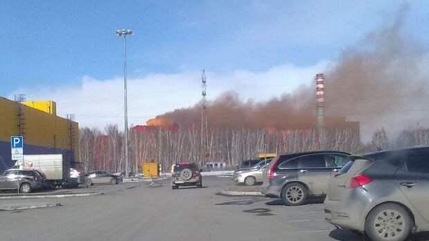 Из-под крыши завода «УГМК-Сталь» вАнтипино вырывается коричневый дым