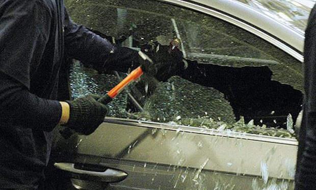 В Крыму чужестранец разбил стёкла автомобиля и встретился с полицией