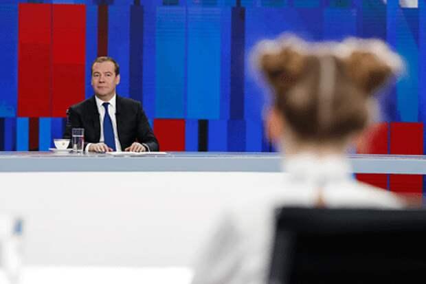 Медведев вспомнил о том, как зажигал на дискотеках