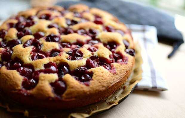 Нежный пирог с яблоками и вишней на кислом молоке.