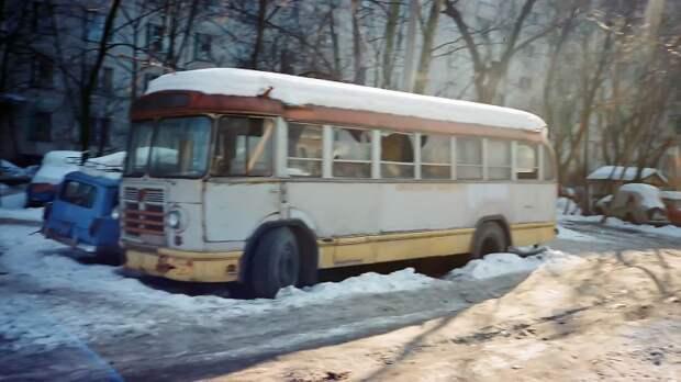 Автобус в сугробе, стёкла — пересчитаны вандалами… Такова была жизнь во дворе на Преображенке. Март 1996-го, фото из архива Михаила Красинца ЗИЛ-158В, авто, автобус, зил, лиаз, олдтаймер, реставрация, рето автобус