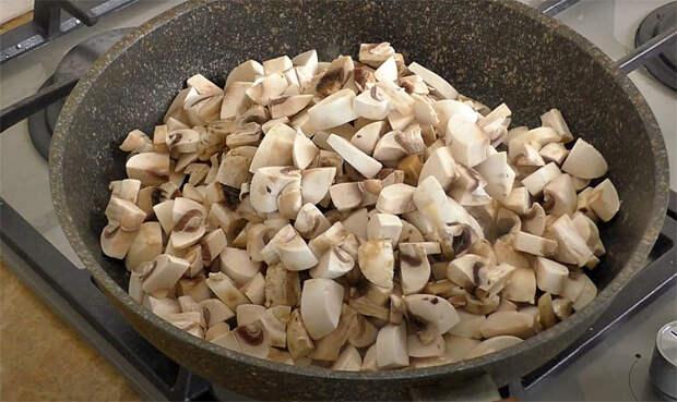 Делаем колбасу из шампиньонов: быстро тушим, а потом формуем в бутылке