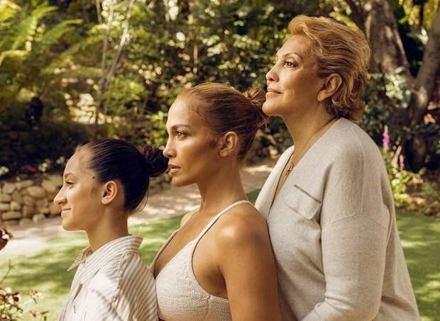 Идеально все! Дженнифер Лопес опубликовала редкое фото с мамой и дочерью