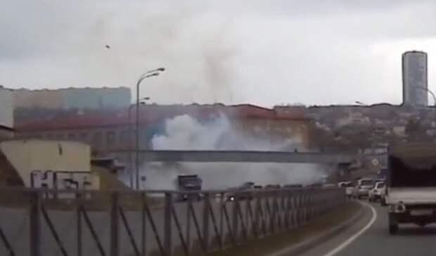 Призрачный гонщик: грузовик создал дымовую завесу надорогах Владивостока