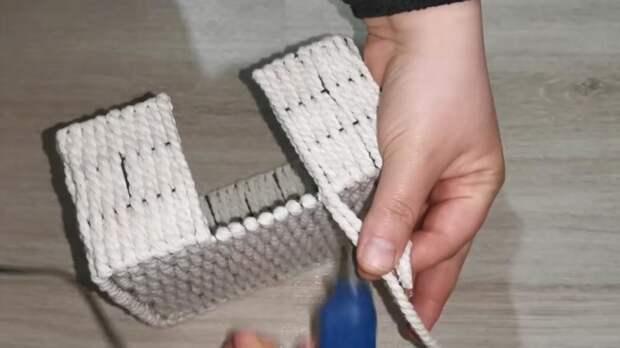 Мастерица очень удачно использовала обычную металлическую сетку