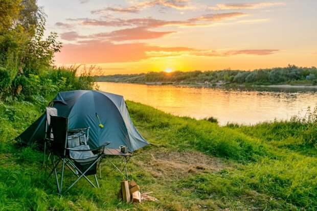 Россияне увлеклись походами: они скупают палатки ипалки для ходьбы