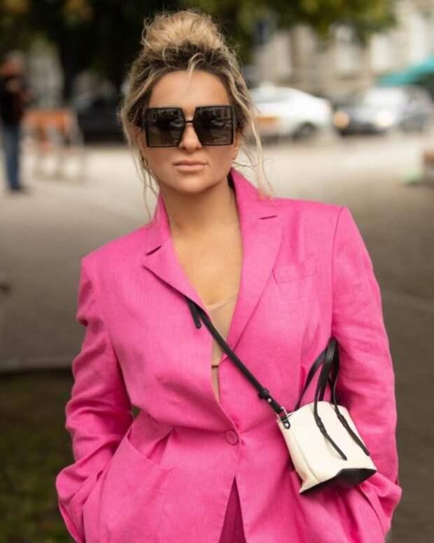 Наталья Могилевская в розовом брючном костюме прогулялась по Киеву