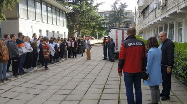 Сотрудники МЧС Республики Крым проводят учебно – тренировочные занятия  по эвакуации на социально-значимых объектах