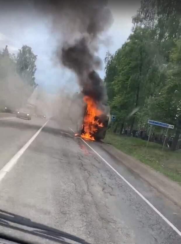 Пассажирский автобус загорелся на Якшур-Бодьинском тракте в Удмуртии