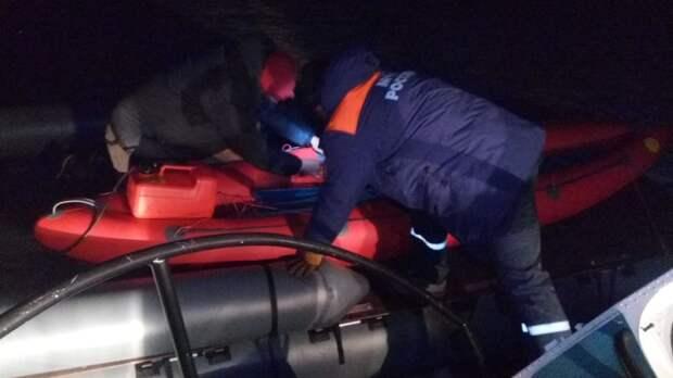 Троих человек спасли с катамарана, застрявшего между льдинами на Байкале в Ольхонском районе
