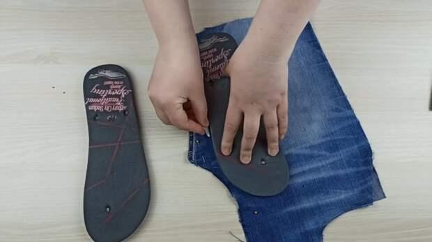 Отличная идея воссоединения простых шлёпанцев и старых джинс. Вам обязательно понравится