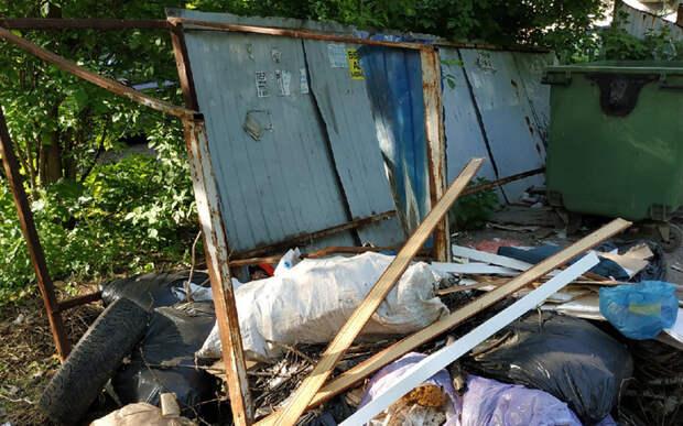 В Рязани жители домов в Горроще рассказали о разбитой контейнерной площадке
