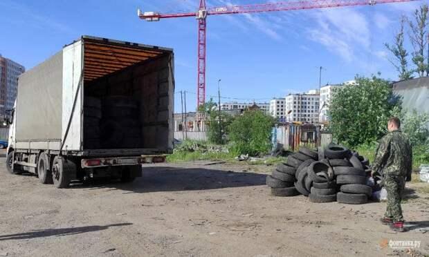 «Не дождались!» Жители сами зачищают свалку у Митрофаньевского кладбища, к которой чиновники готовы приступить через пару лет