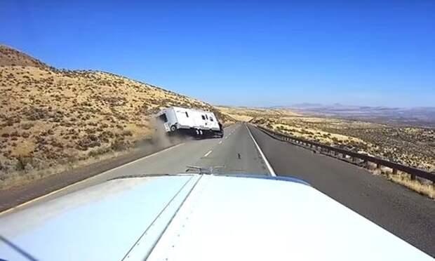 Обгон с переворотом: водитель автопоезда потерял управление