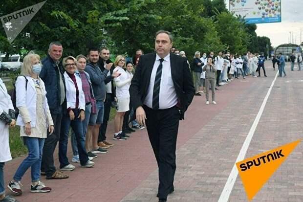 Четвертый день протестов в Беларуси: мирные акции, цепи солидарности и цветы
