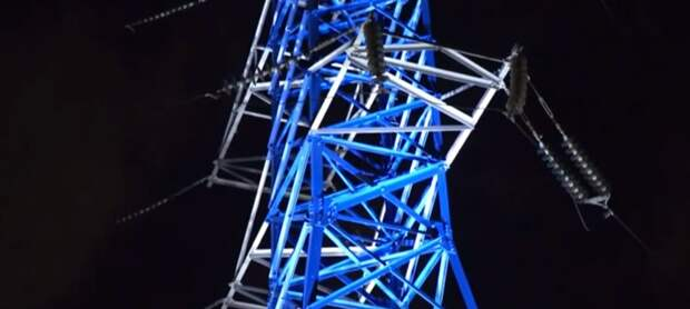 Видео: опоры ЛЭП на Звёздном бульваре стали сверкающими арт-объектами