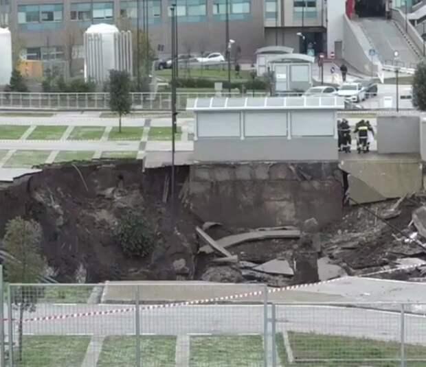 В Неаполе на парковке у больницы образовалась огромная воронка