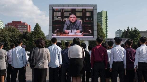 Жители Северной Кореи слушают выступление своего вождя