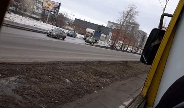 «Парень чуть невыпал»: у автобуса находу вылетело стекло вЕкатеринбурге