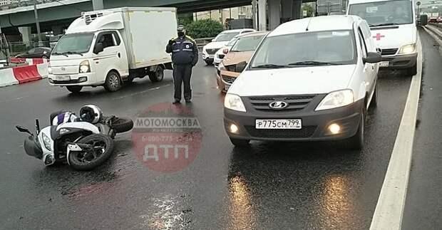 На Хорошевской эстакаде произошла двойная авария