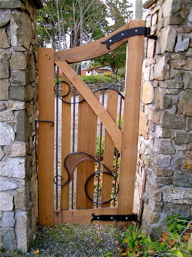 Изящная деревянная калитка для входа в сад.