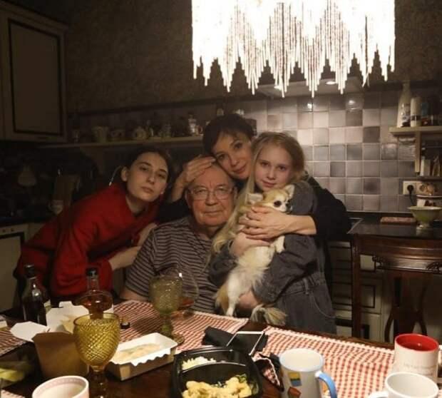 3 неудачных брака, измена мужу с женатым танцовщиком, тяжёлое удочерение: биография, личная жизнь, дети Чулпан Хаматовой