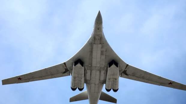 Плановый полет двух ракетоносцев Ту-160 ВКС РФ над Баренцевым морем показали на видео