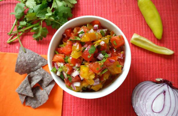 Смешали лук и овощи: закуску уже сметают со стола
