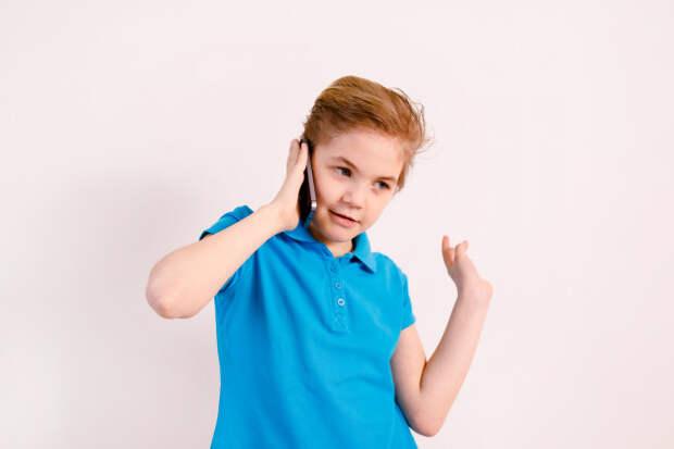 Блондинка маленький мальчик говорит по телефону | Премиум Фото