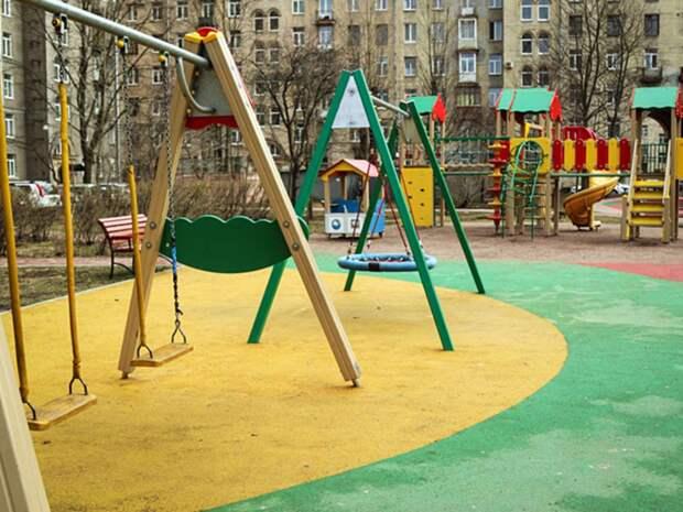 На детской площадке в Петербурге девочка проломила голову